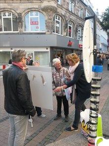 Flyer, Bällen, Plakaten und ein Glücksrad gehörten unter anderem zur Ausstattung des Info-Standes,  mit dem Wormser Bürger*innen am 19.10. auf die Situation der KiTa´s in Rheinland Pfalz aufmerksam gemacht wurden.