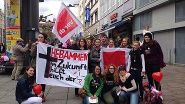 Aktion in Saarbrücken, hier die Hebammenauszubildenden aus Homburg